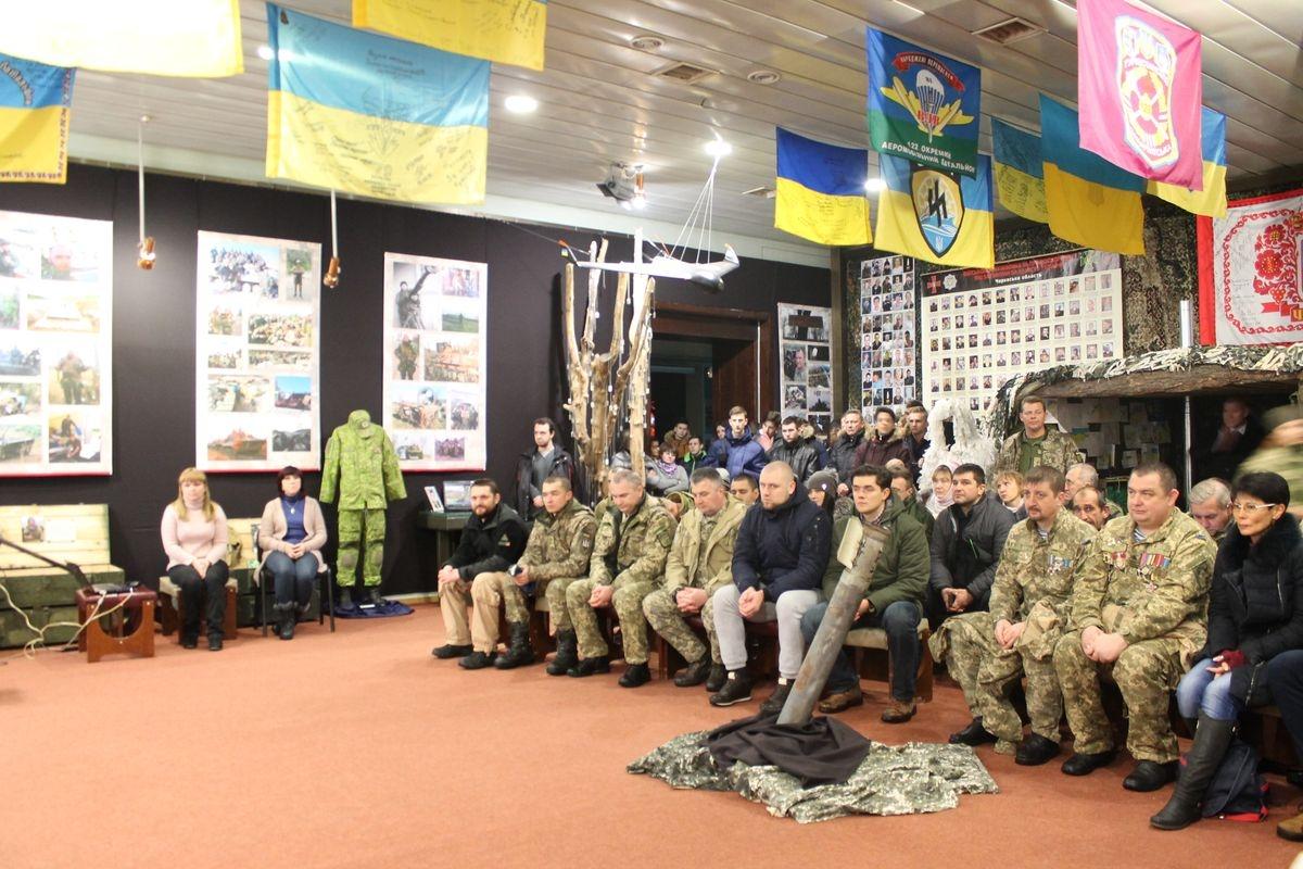 «Аеропорт:242 дні пекла»: черкаські музейники організували акцію вшанування «кіборгів»
