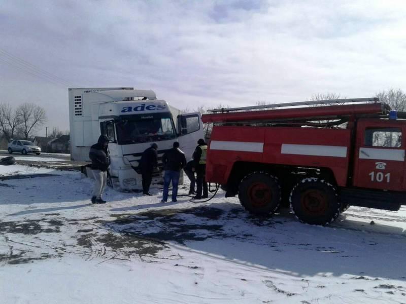 Рятувальники звільняли з заметів вантажівки
