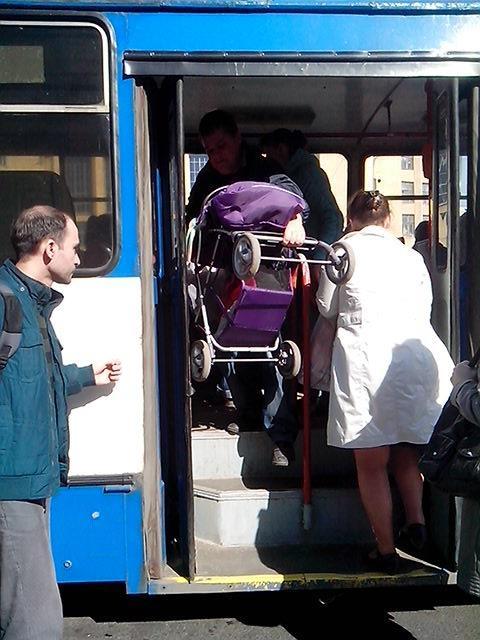 У Черкасах матусі просять не брати грошей за дітей у візках