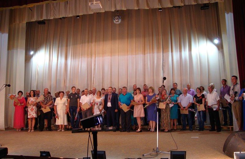 У Чорнобаї День Конституції відзначили занесенням на Дошку пошани, «Party на шайбі» та концертом «ШОУЮРИ»