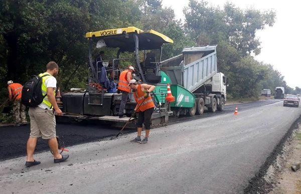 У Мошнах на автошляху Р-10 тривають дорожні ремонти