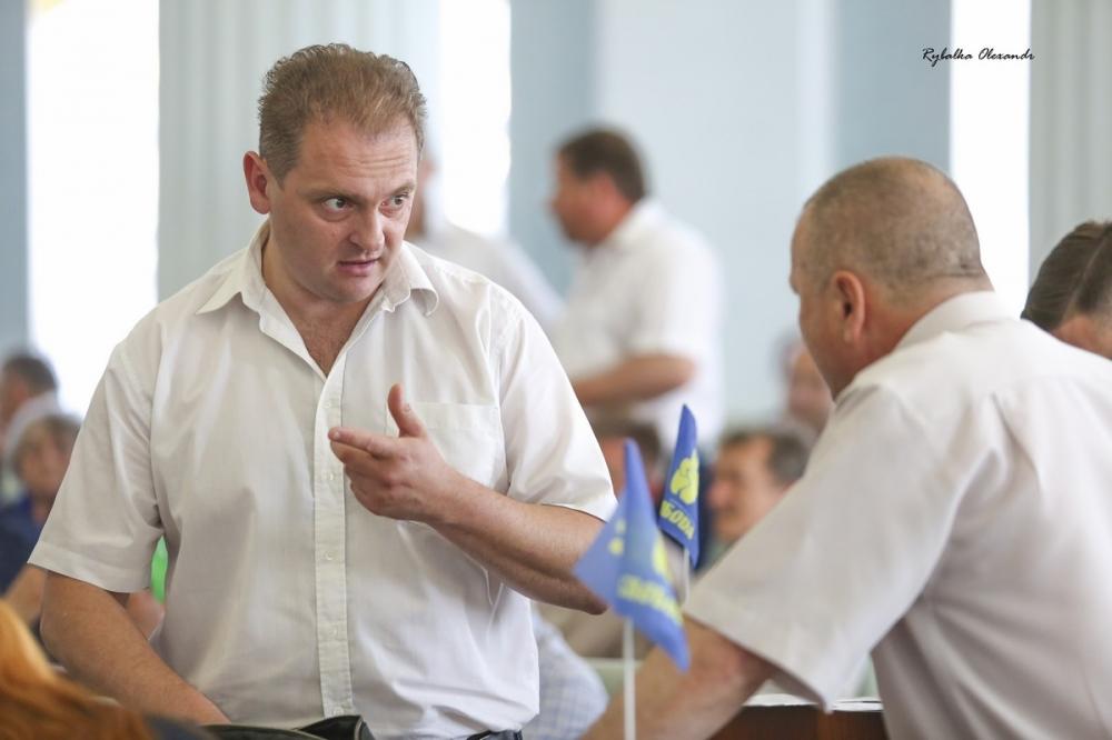Мітингувальники і депутати на сесії Черкаської обласної ради