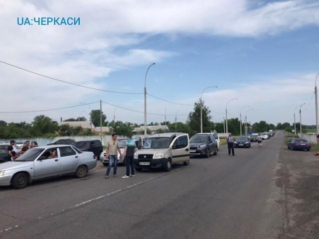 У Мошнах люди перекрили трасу і вимагають ремонту дороги