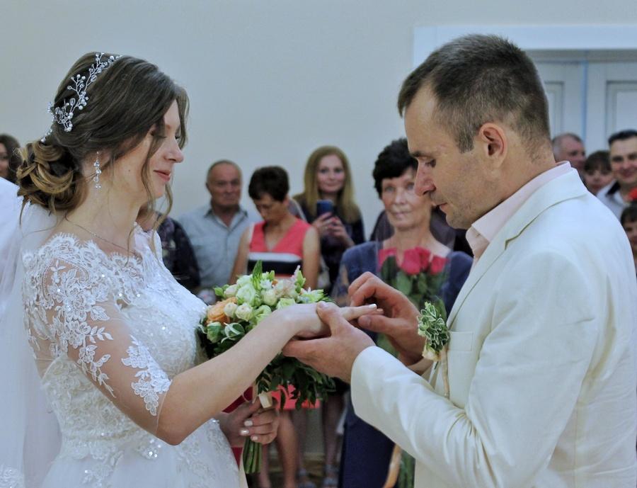 Весілля по-черкаськи: прекрасні наречені, щасливі батьки і мер за водія