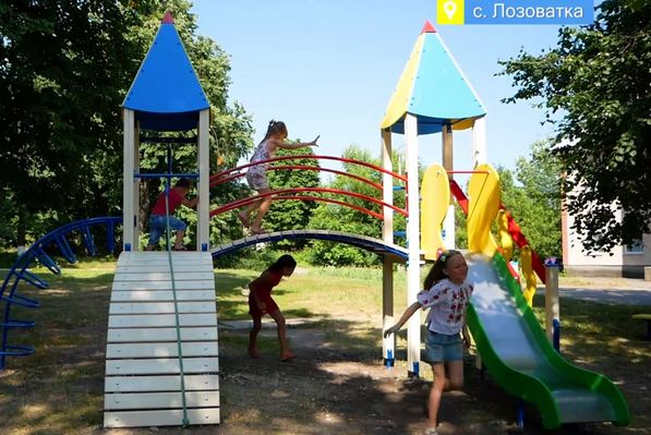 Діти і дорослі з Лозуватки на Шполянщині дякують Геннадію Бобову за ігровий майданчик