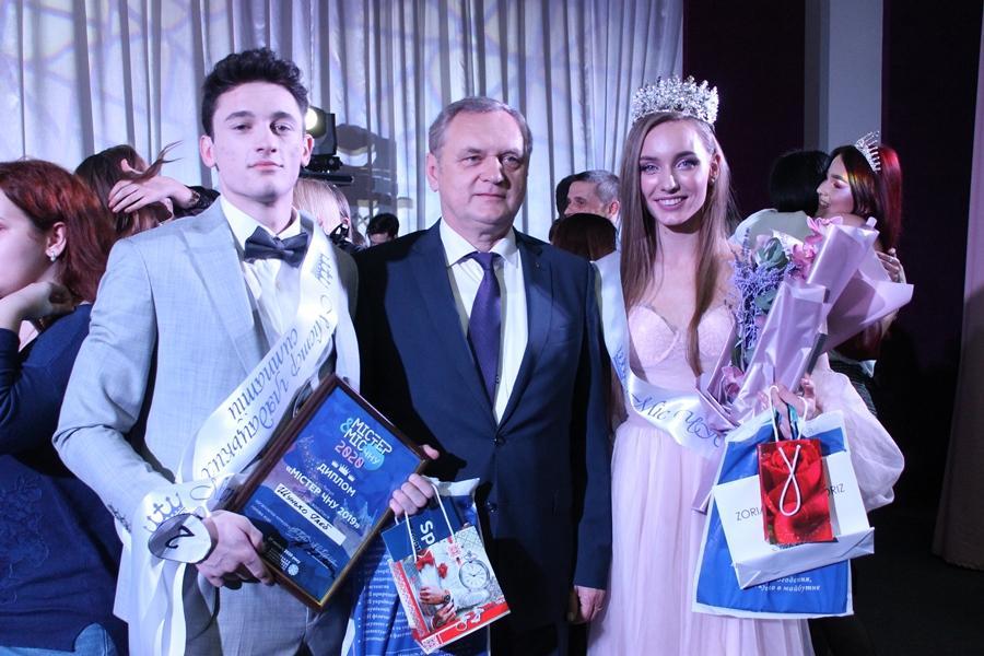 Черкаським дітям загиблих воїнів подарували пам'ятні відзнаки «Батьківське серце»