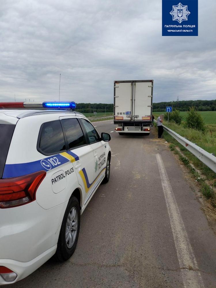 На Черкащині виявилили вантажівку з 92-ма бочками алкогольного фальсифікату
