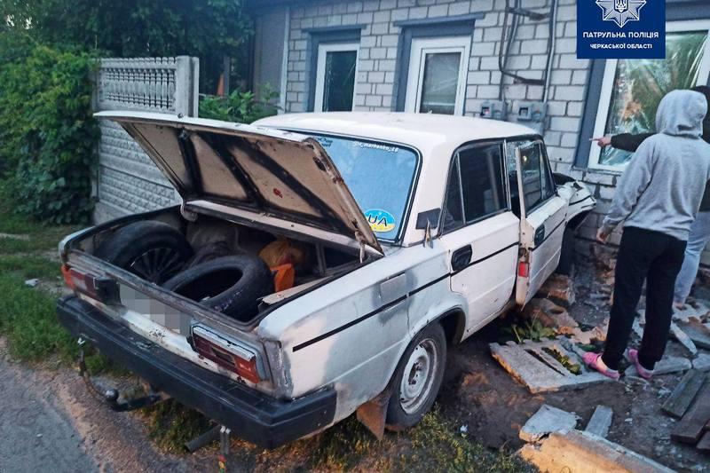 Машина в᾿їхала в стіну будинку в Черкасах