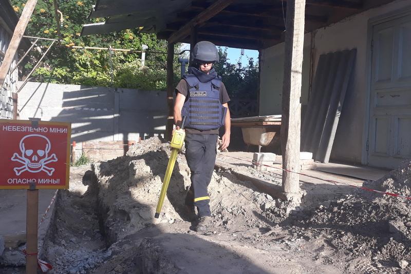 У Черкасах в себе у дворі чоловік викопав снаряд