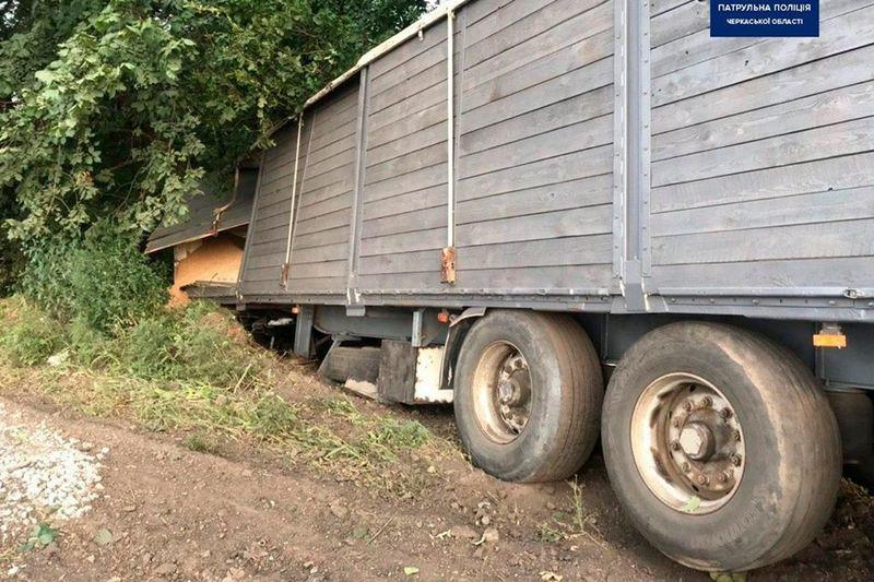 Біля Черкас із вантажівки висипалося зерно