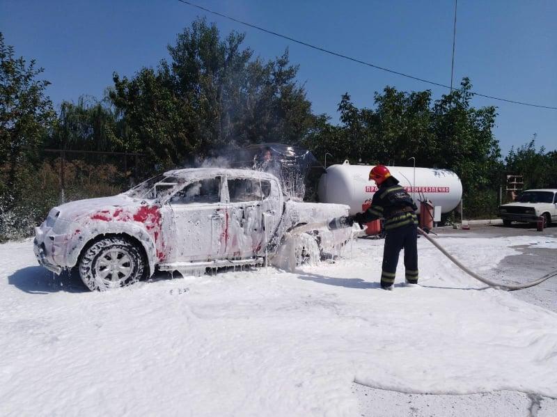 У Черкасах рятувальники ліквідували загорання автомобіля на заправці (ВІДЕО)