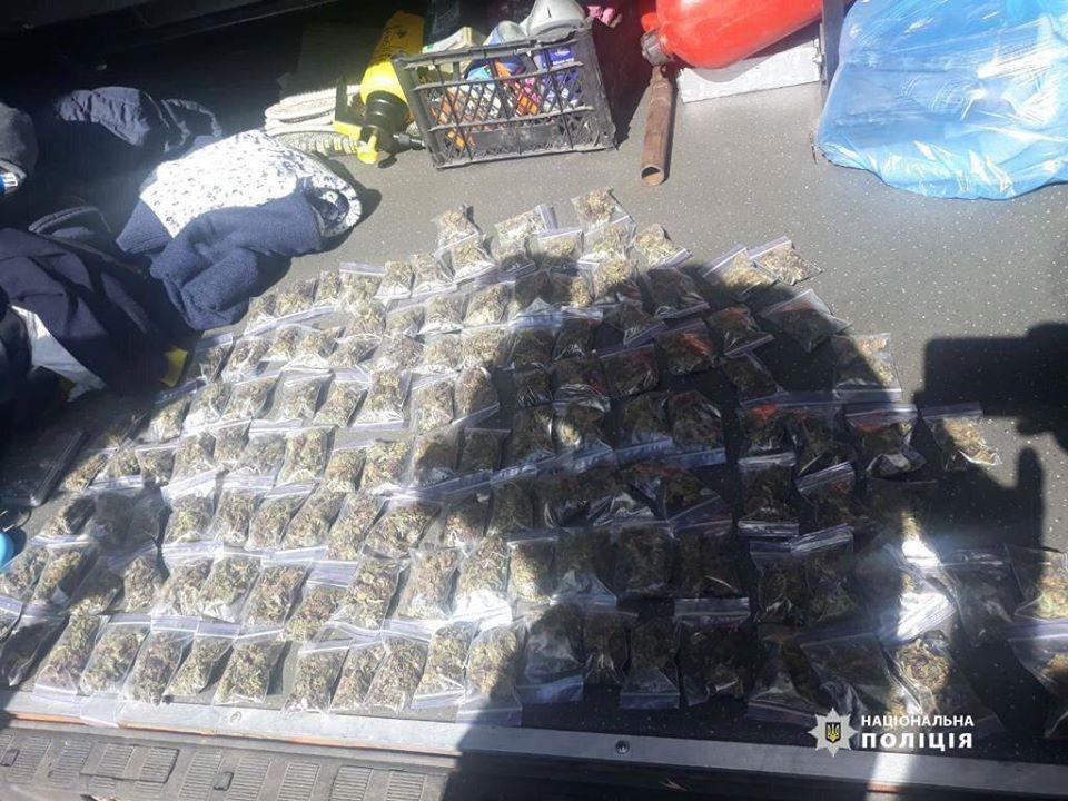 Черкаські поліцейські виявили понад сотню пакетиків із наркотиками