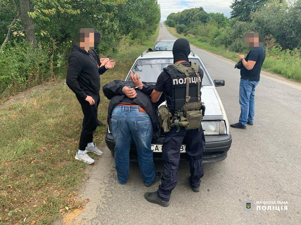 У Черкаській області поліцейські затримали злочинне угрупування за вимагання грошей