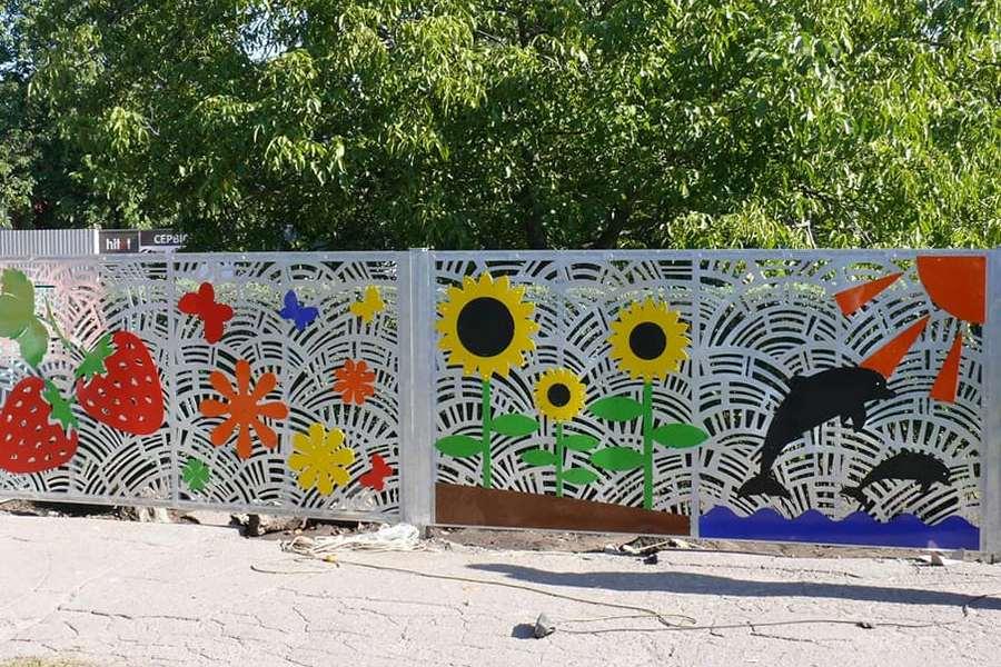 У Черкасах установили унікальний паркан для дитячого садочку