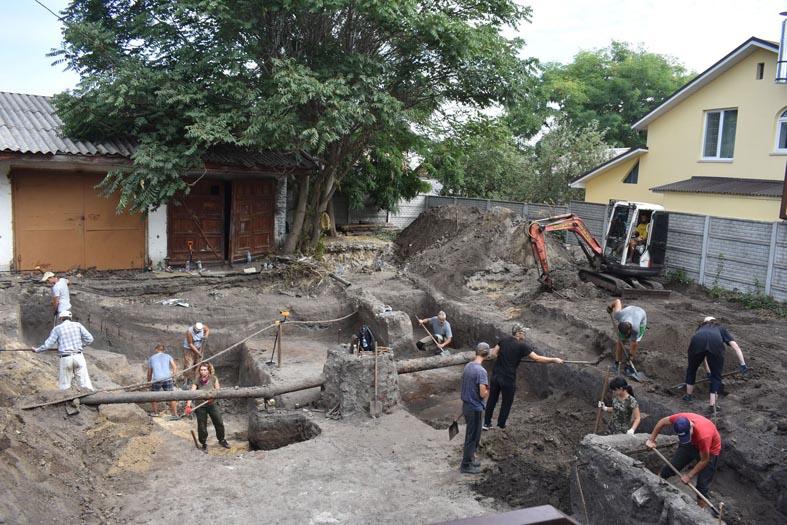 У Черкасах археологи знайшли кахлі козацьких часів та мушлі прадавніх кальмарів
