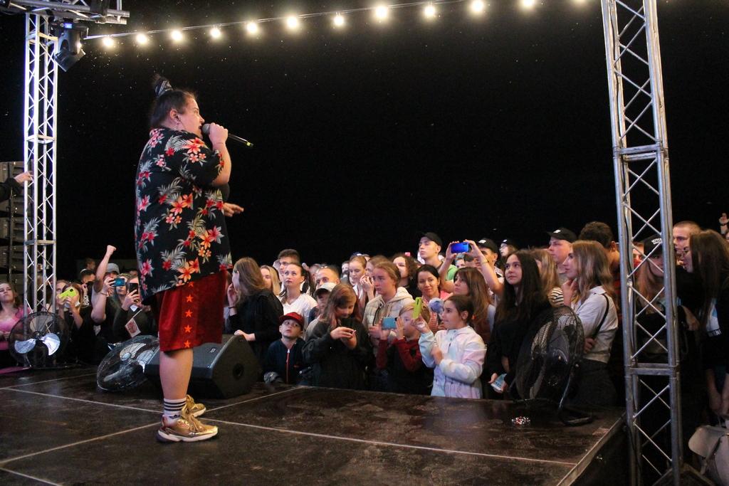 Черкаських випускників привітала реп-виконавиця Аlyona Аlyona