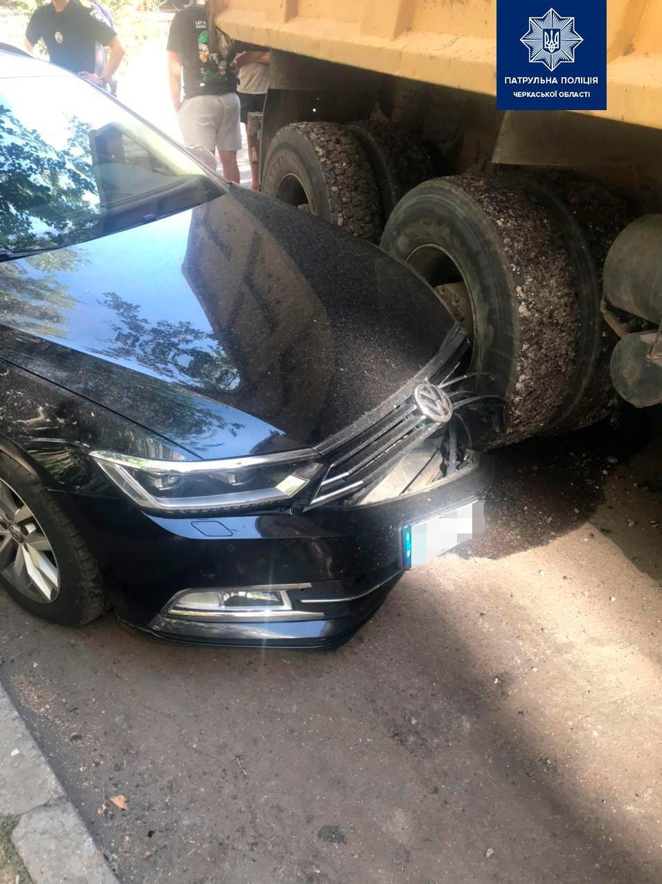 У Черкасах вантажівка ВАЗ в'їхала в припарковану машину