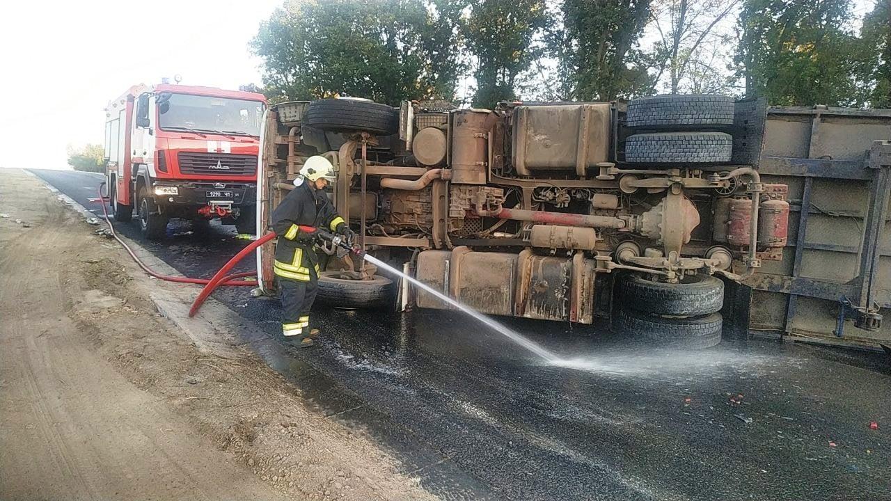 Поблизу Золотоноші перекинулась та загорілася вантажівка