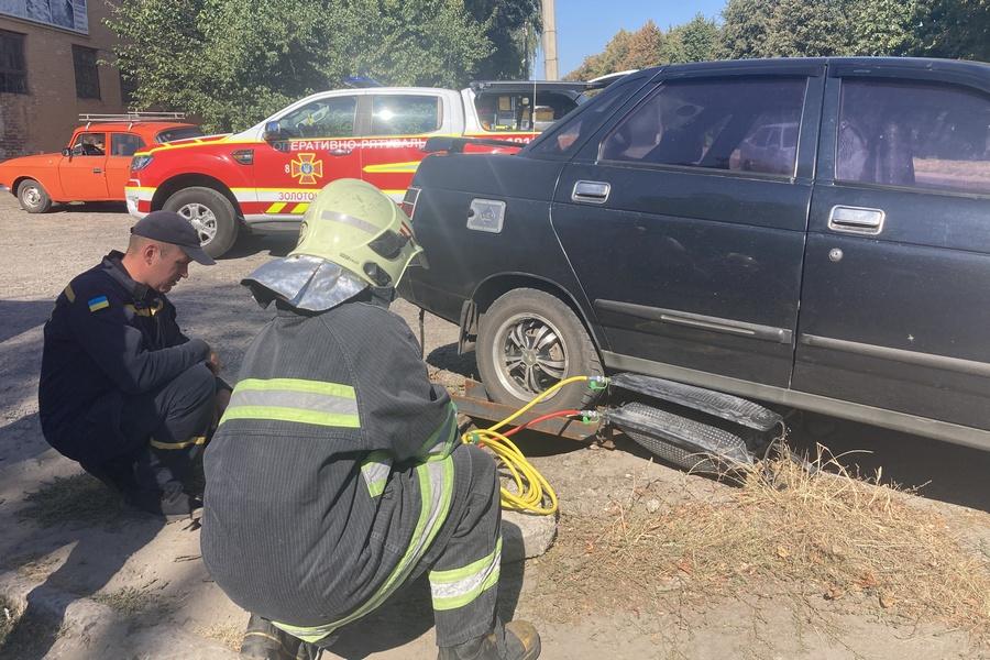 У Золотоноші машина провалилася в каналізаційний люк колесом