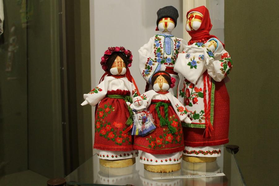 Виставка авторських ляльок Валентини Мірошник в Черкаському краєзнавчому музеї