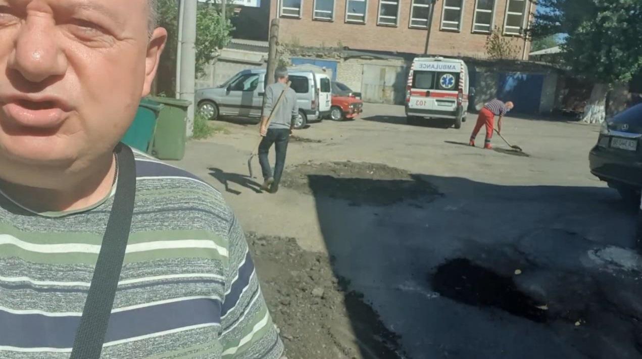 Олександр Радуцький продемонстрував «якість» ремонту дороги станції швидкої допомоги (ВІДЕО)