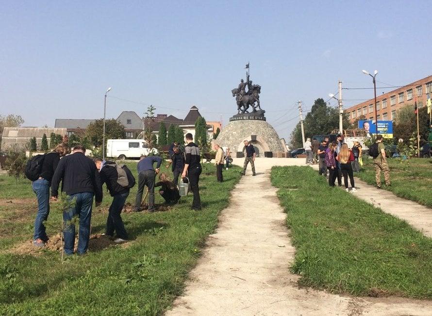 Уманські лісівники посадили пам'ятну алею до Дня захисника України