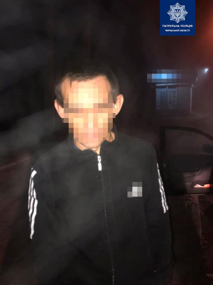 Поліцейські виявили у Черкасах чоловіка без прав керування та знайшли наркотики