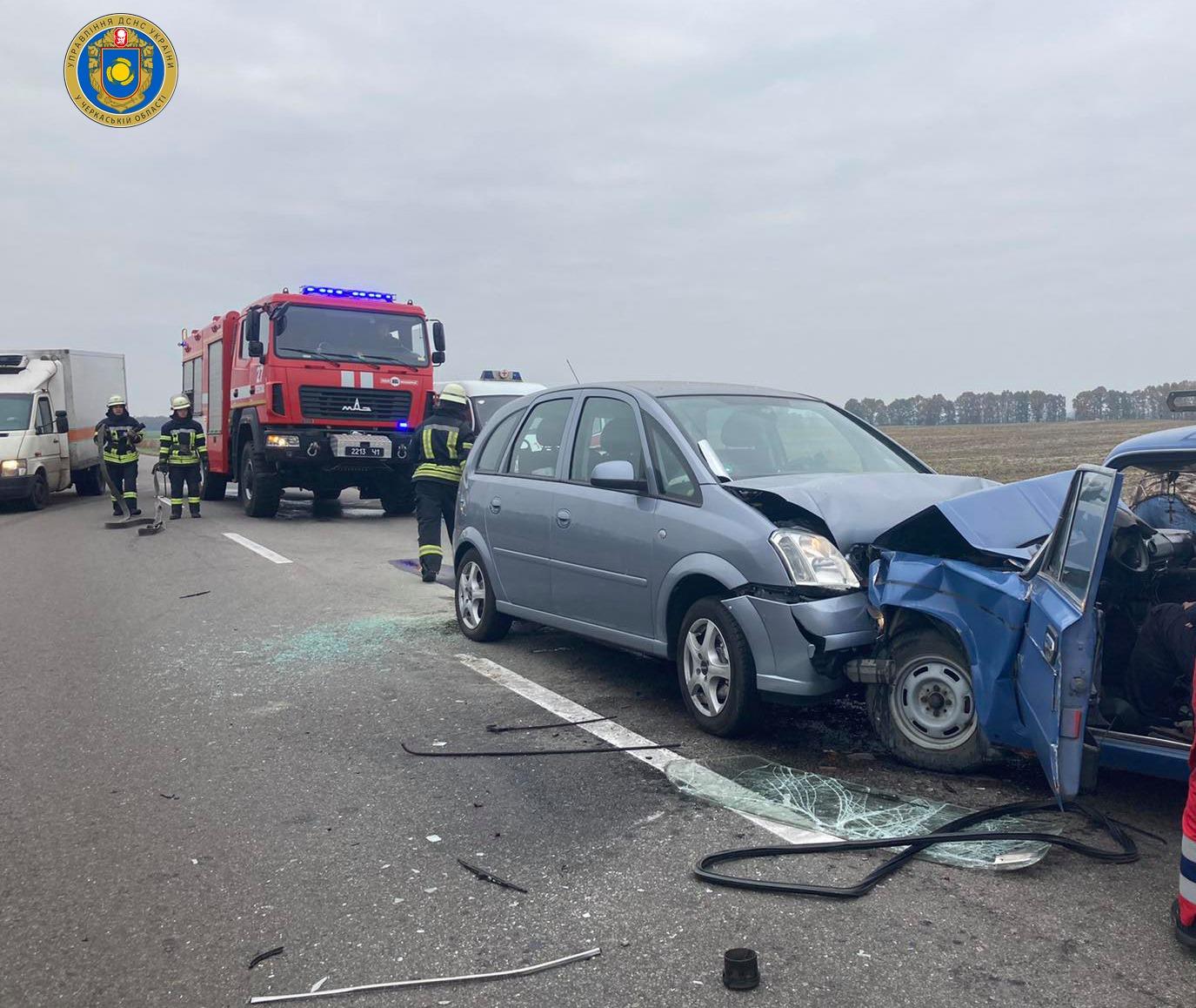 Рятувальники деблокували двох потерпілих, яких внаслідок ДТП затисло в авто