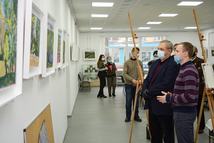 У виставковому залі ЧНУ відкрилася художня виставка Володимира Сінусіка