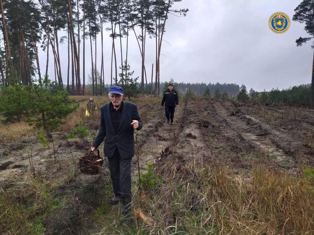 На Черкащині рятувальники відшукали заблукалого чоловіка у лісі