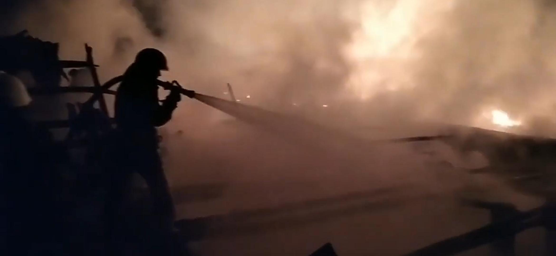 У Черкаському районі рятувальники ліквідували пожежу на території ферми (ВІДЕО)