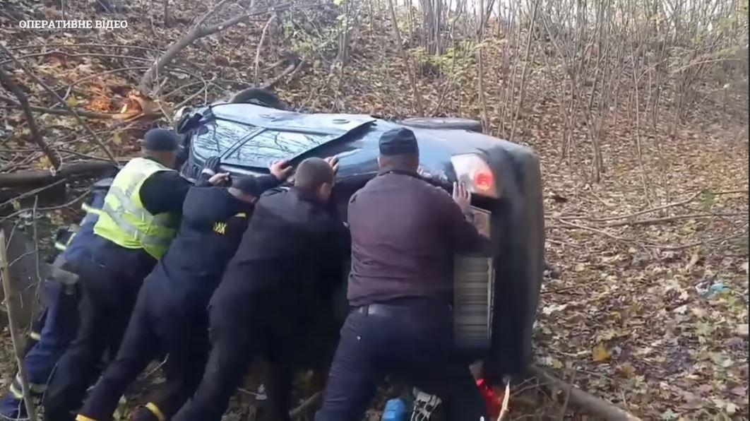 На Черкащині водія врятували з перекинутої автівки (ВІДЕО)