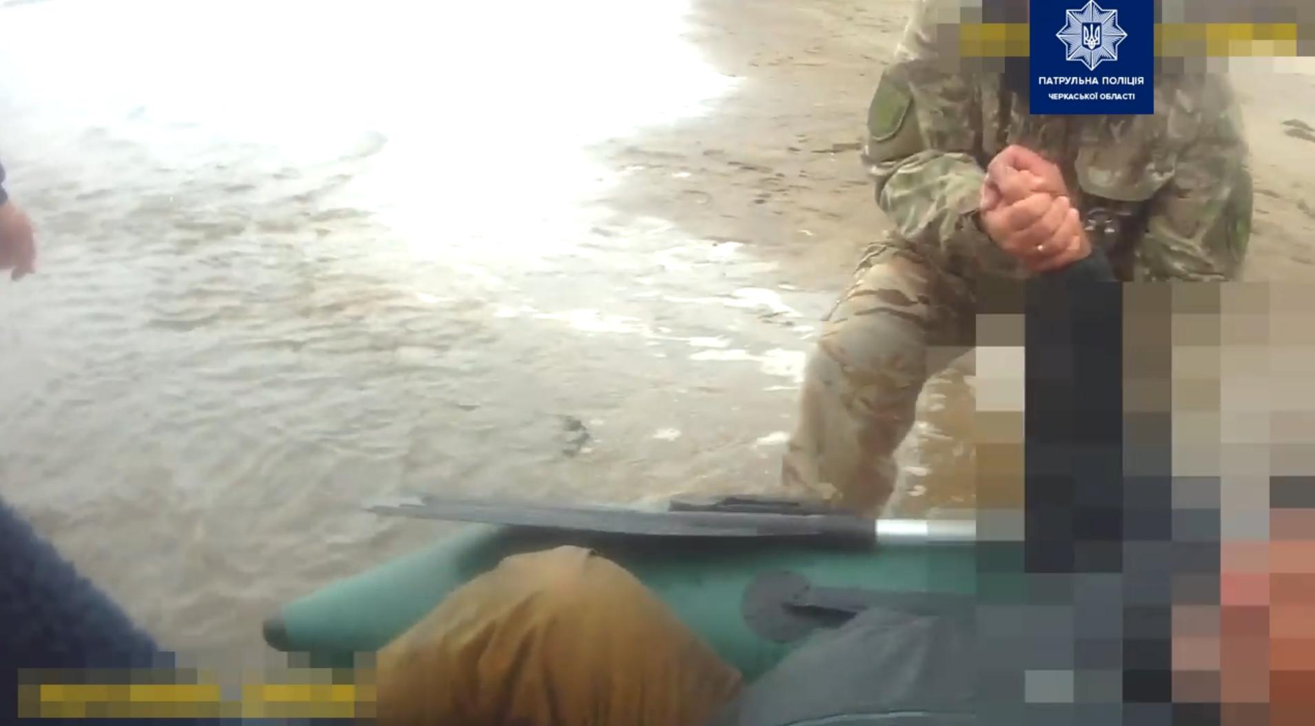 Поблизу Черкас чоловік разом з патрульними врятували життя рибалці (ВІДЕО)