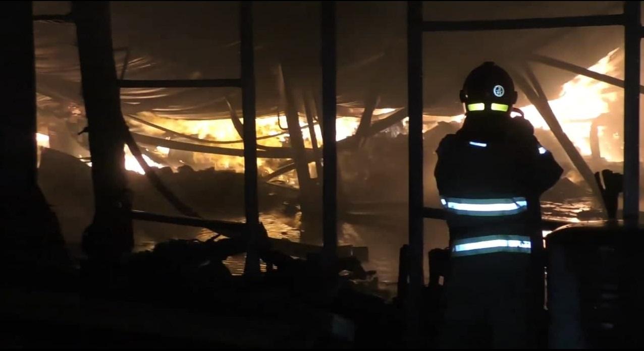 У Черкасах ліквідували масштабну пожежу на підприємстві (ВІДЕО)
