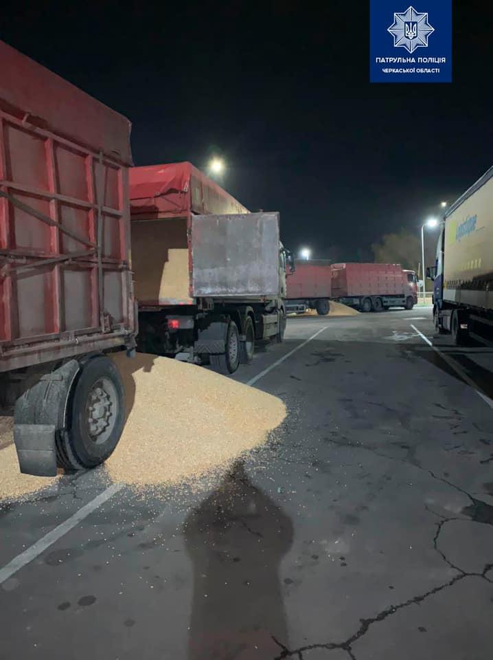 На Черкащині невідомі висипали з вантажівок зерно (ФОТО)