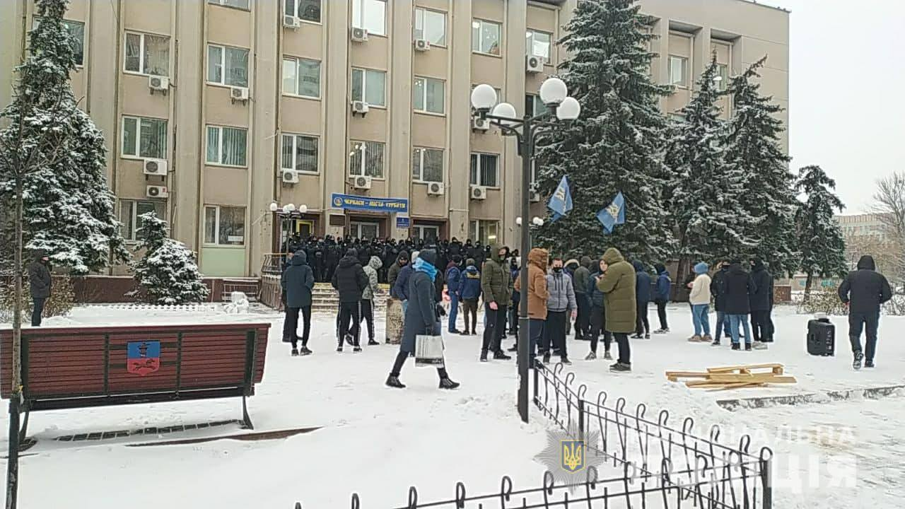 Поліцейські посилили заходи безпеки під час проведення сесій обласної та міської рад у Черкасах