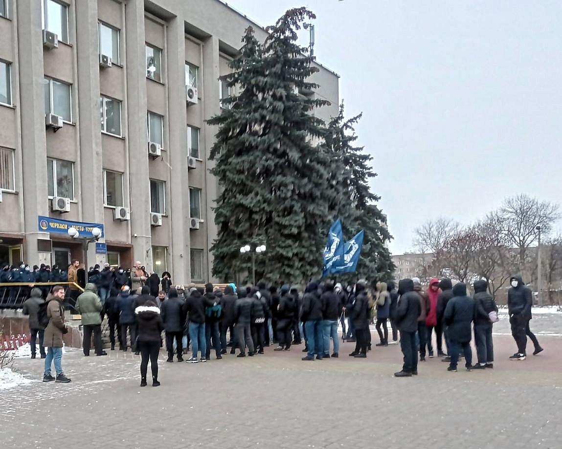 Під час сесії Черкаської міськради між правоохоронцями та активістами виникла сутичка