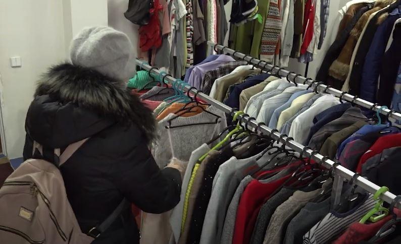 У Черкасах запрацював соціальний магазин, де безкоштовно можна взяти одяг