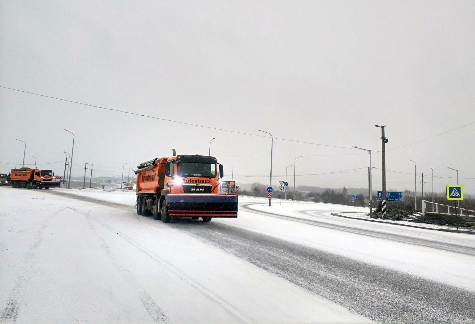Понад 50 одиниць техніки в області розчищають дороги