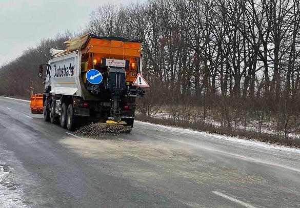 В області наслідки погодних умов ліквідовували понад 70 дорожніх спецмашин