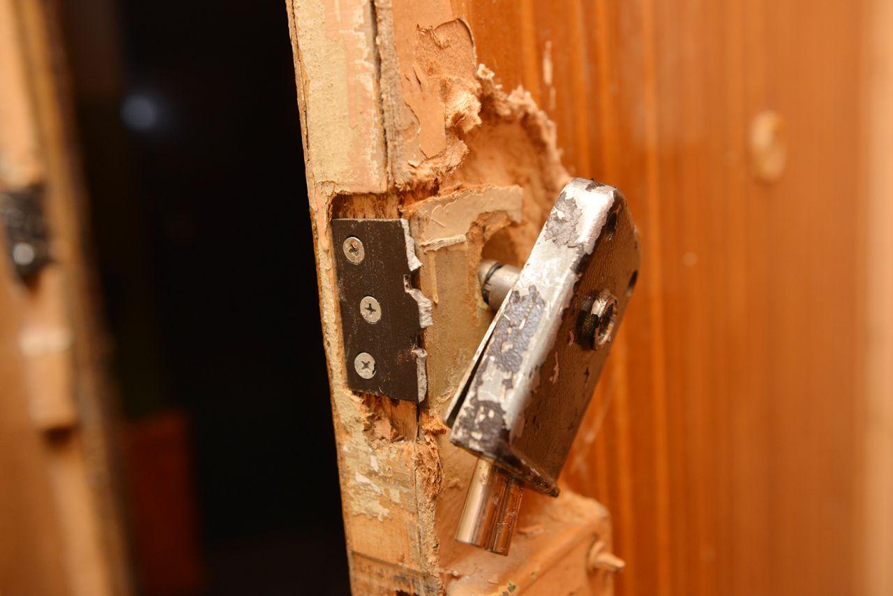 На Черкащині рятувальники виламували двері, щоб медики дістались до жінки