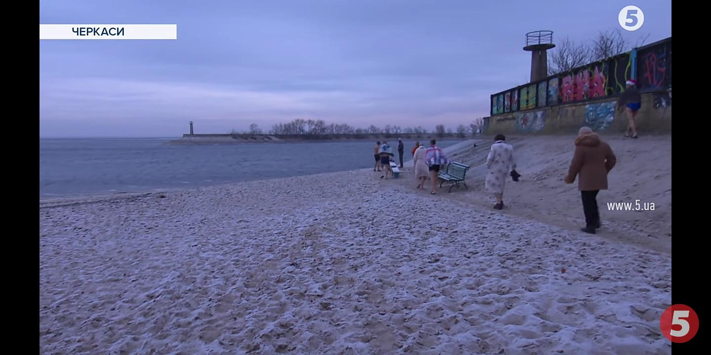 Черкаські пенсіонери відсвяткували Новий рік у крижаній воді (ВІДЕО)