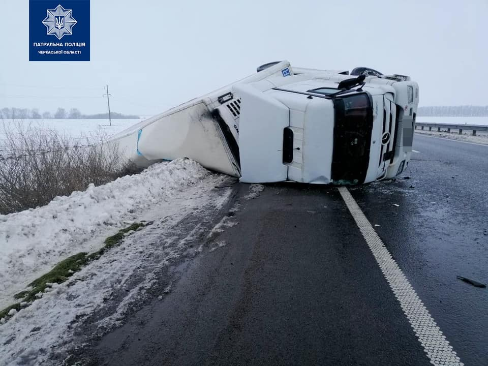 На Черкащині перевернулася вантажівка (ФОТО)