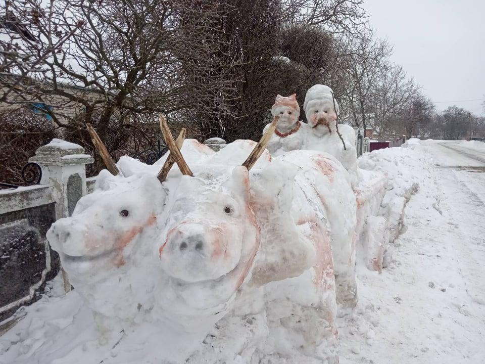 На Звенигородщині чоловік зліпив зі снігу українців на волах