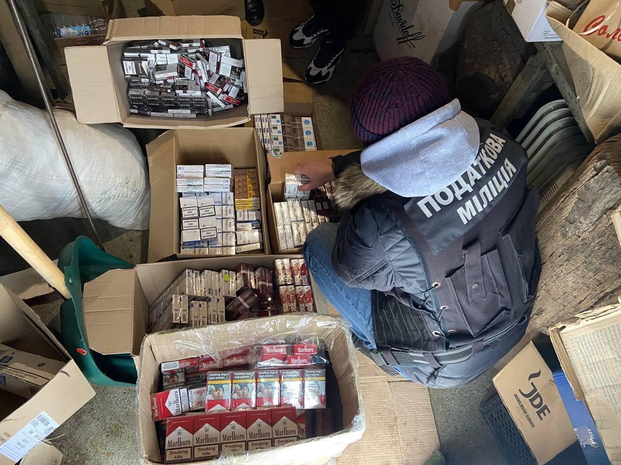 Підпільний алкоголь та тютюн продавав чоловік на Черкащині