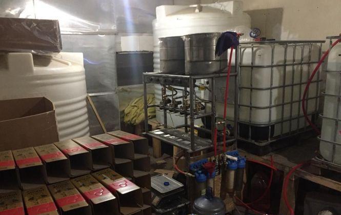 В області викрили виробника фальсифікату елітного алкоголю