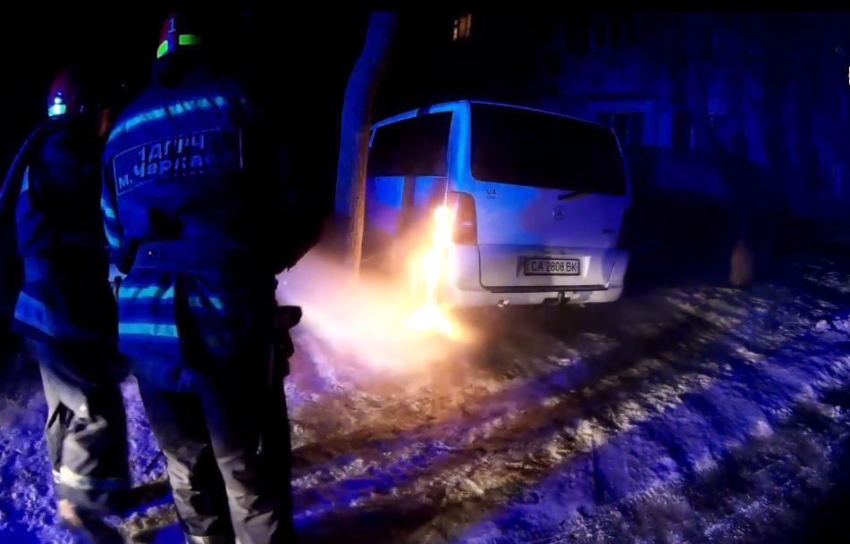 Рятувальники ліквідували пожежу авто в Черкасах (ВІДЕО)
