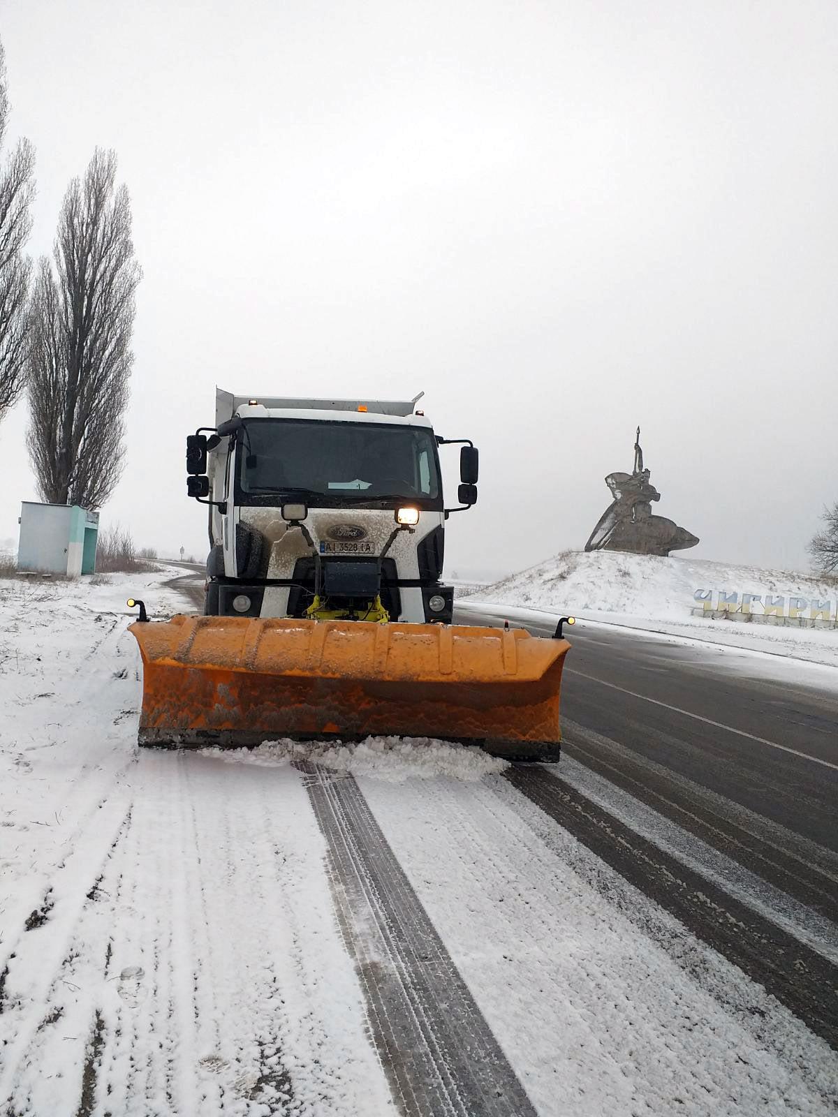 Державні дороги Черкащини розчищали понад 50 одиниць спецтехніки