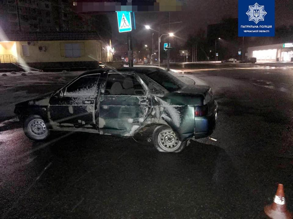 У Черкасах водій пошкодив електроопори та втік, залишивши авто