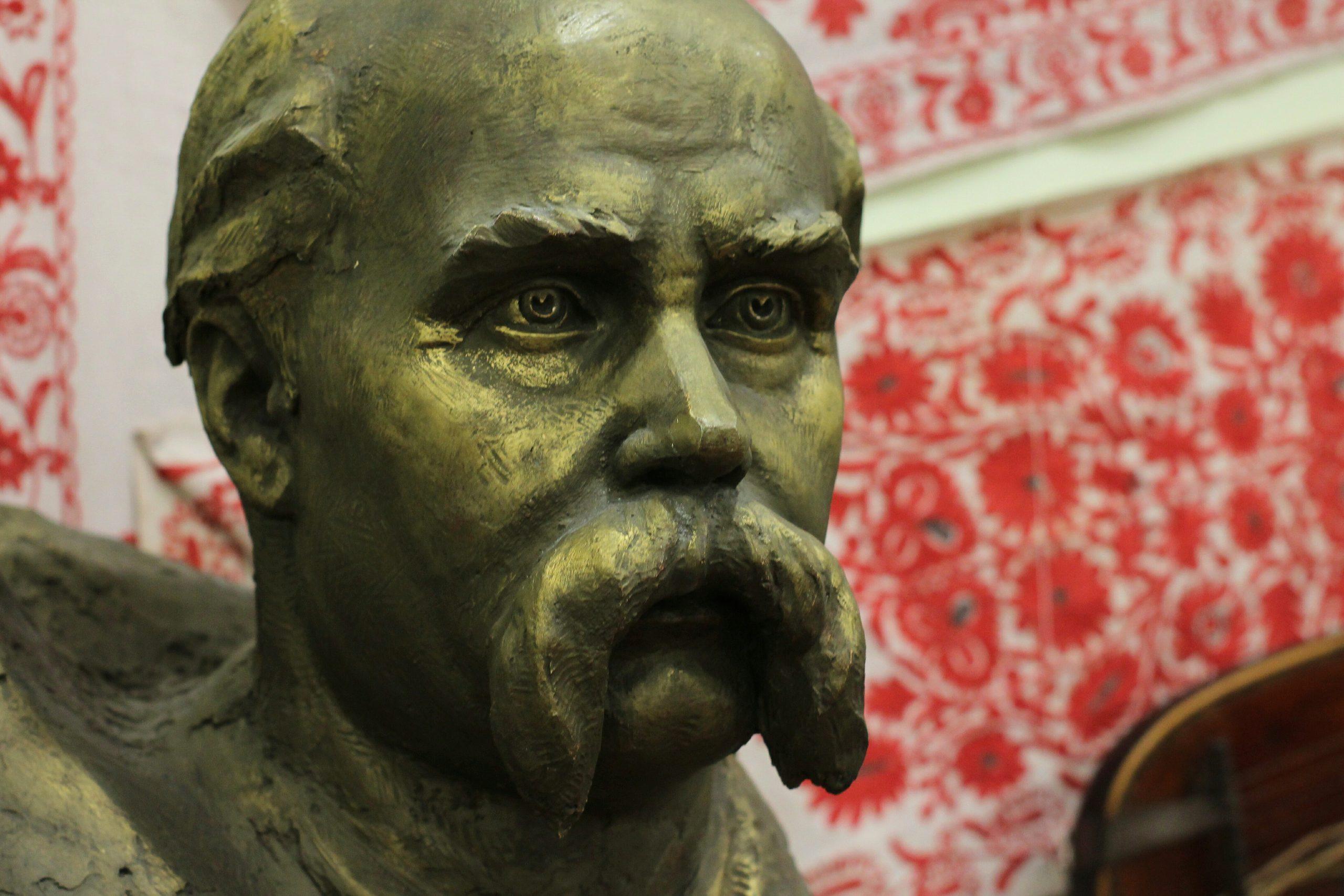 """""""У вінок шани Великому Кобзареві"""": у черкаському музеї презентували виставку"""